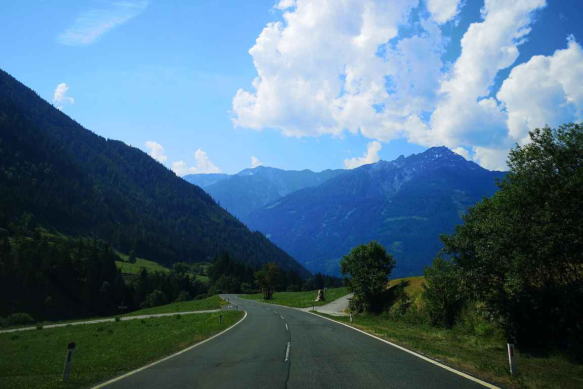 Mallnitzista vie tie numero B 105 Obervellachiin kauniissa maisemissa alamäkeen.