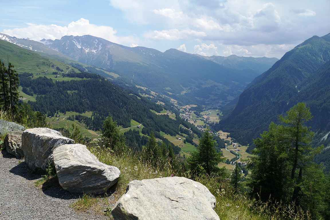 Maisemat alas laaksoon oli varsin kauniit.