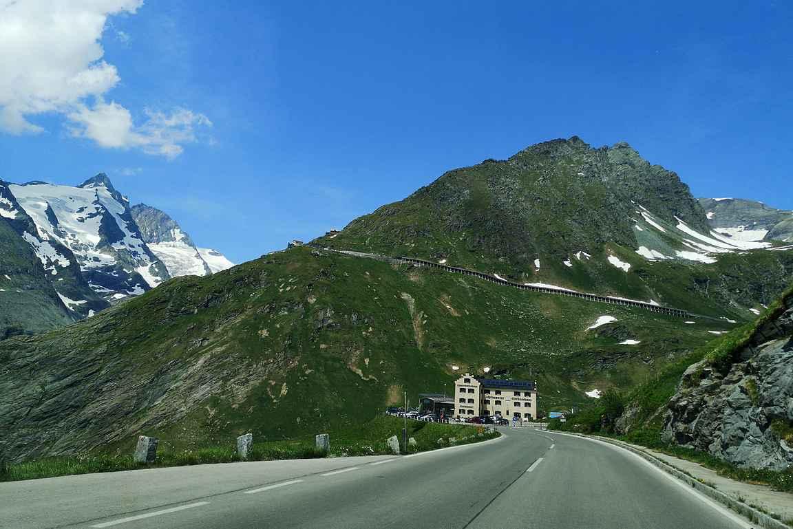 Aika pian alkoi vasemmalla näkymään itse Grossglockner eli Itävallan korkein vuori.