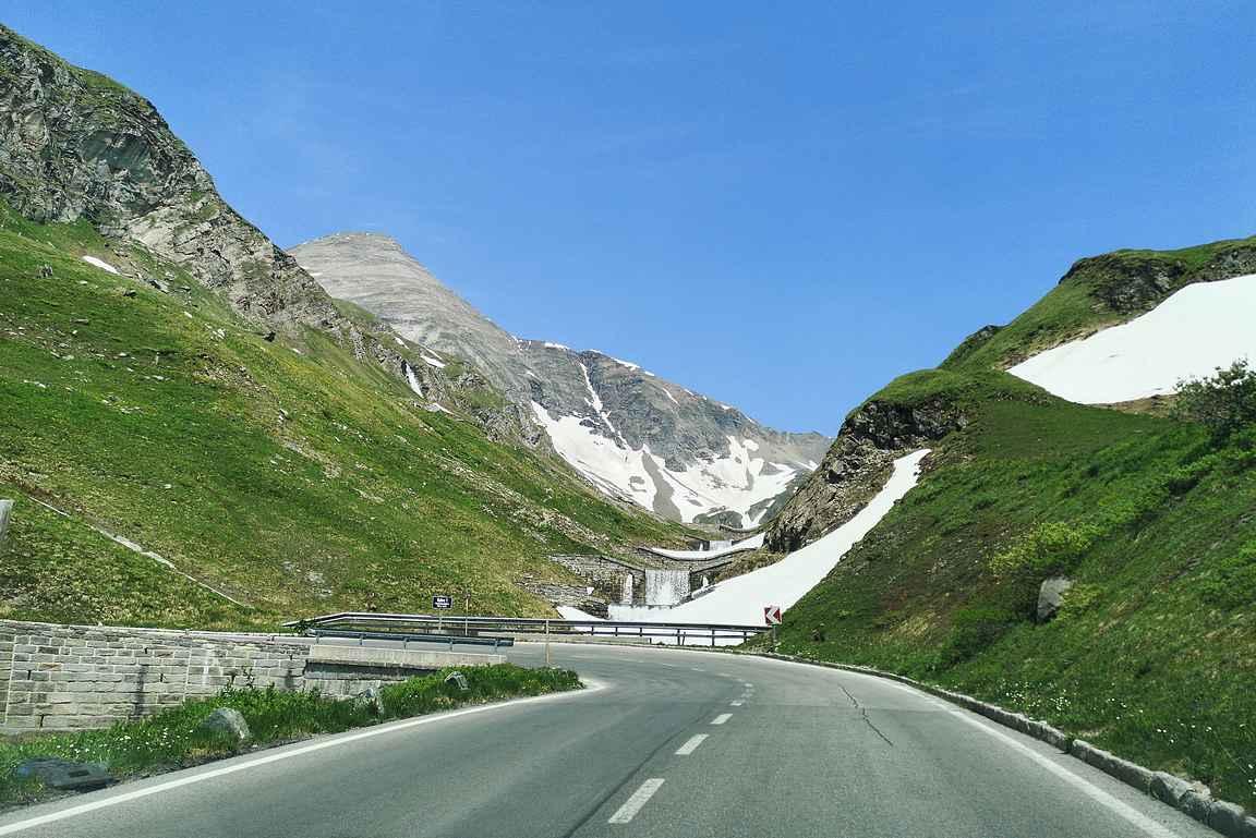 Vuoristotien kauneutta ja yksi 36:sta U-mutkasta.