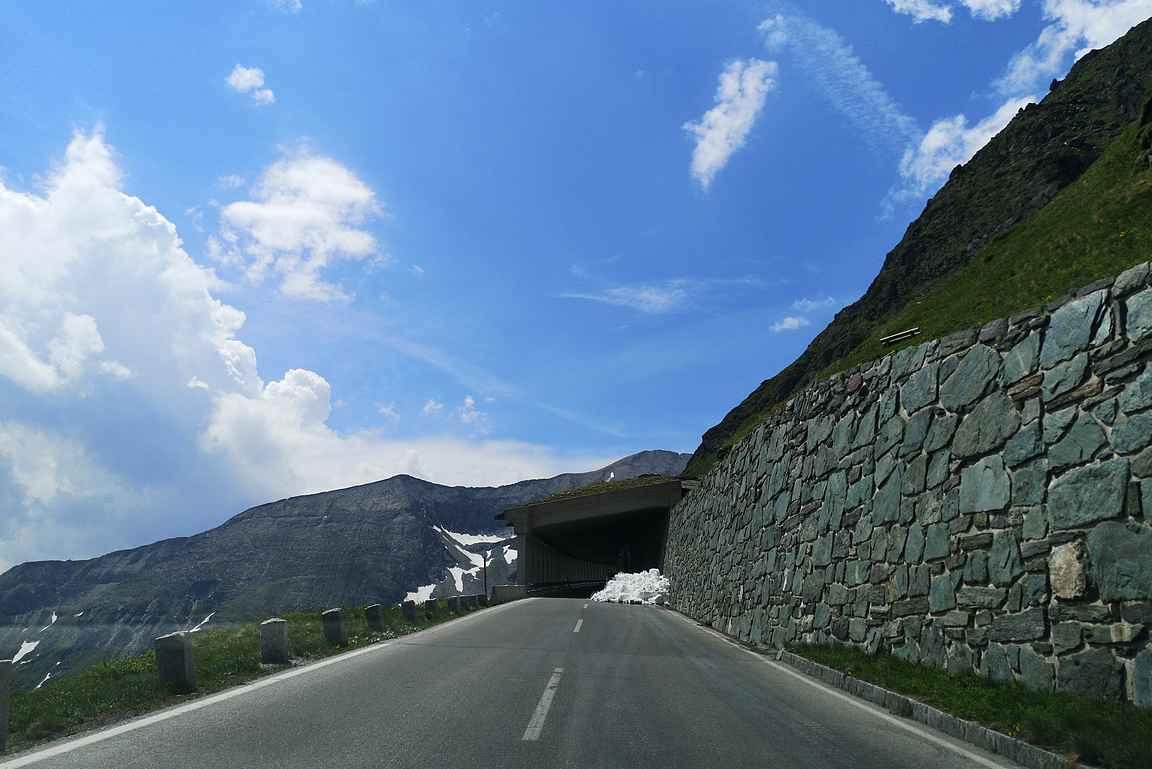 Ennen Franz-Josephs-Höheä ajellaan vuoren seinämän vieressä tunnelissa.