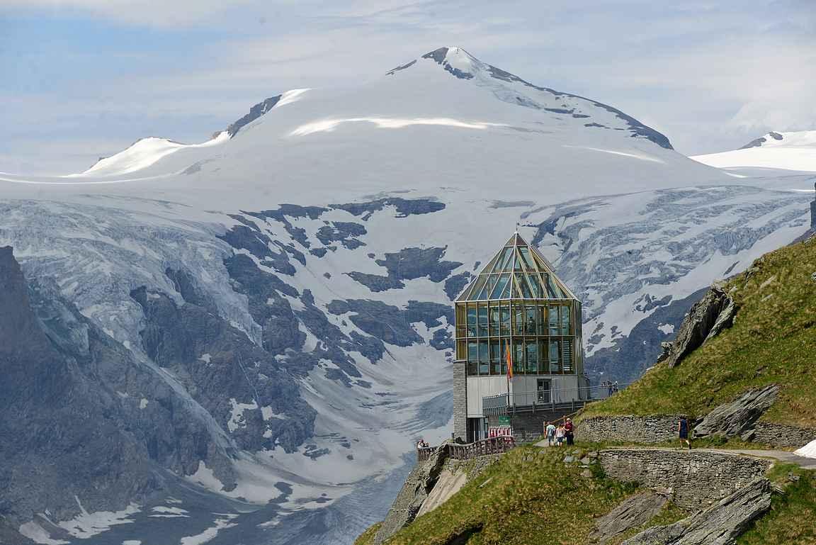 Wilhelm-Swarovski-Beobachtungswarte ja sen vasemmalla puolella näkyy Pasterze-jäätikkö.