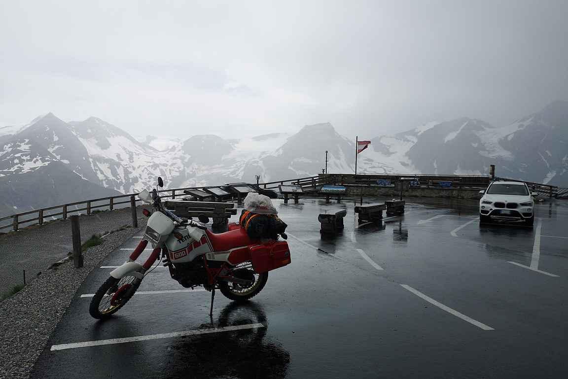 Itävallan korkein kohta maantiellä. Satoi sen verran, että auton sivuikkunasta sai riittävän hyvän kuvan :-|