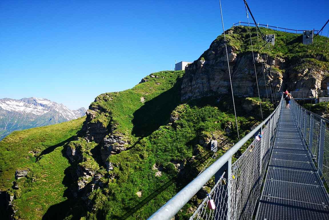 140 metriä pitkä vaijerisilta korkeuksissa.