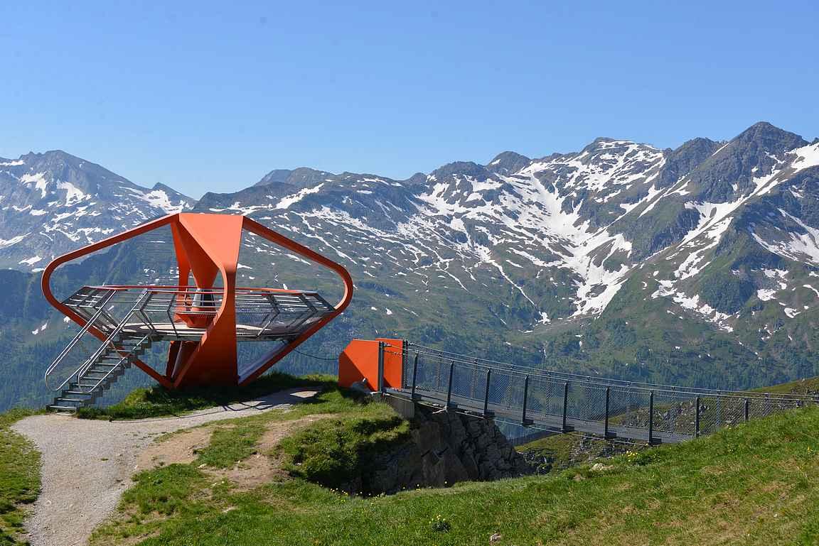 Felsenweg on komea näkyä Alppien rinteitä vasten.