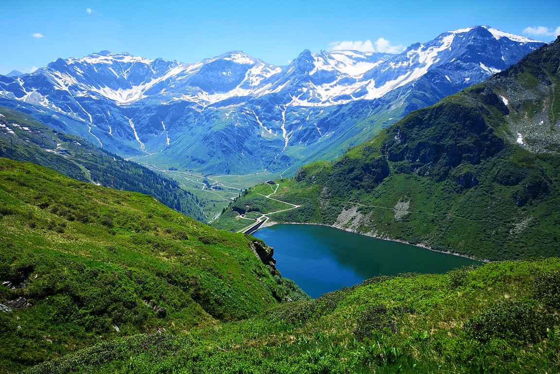 Bockhartsee-järvi on upea näky lumihuippuisia vuoria vasten.