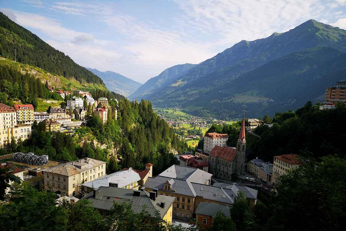 Aamun ensisäteet Bad Gasteinin laakson maisemissa patikoijan paratiisissa.