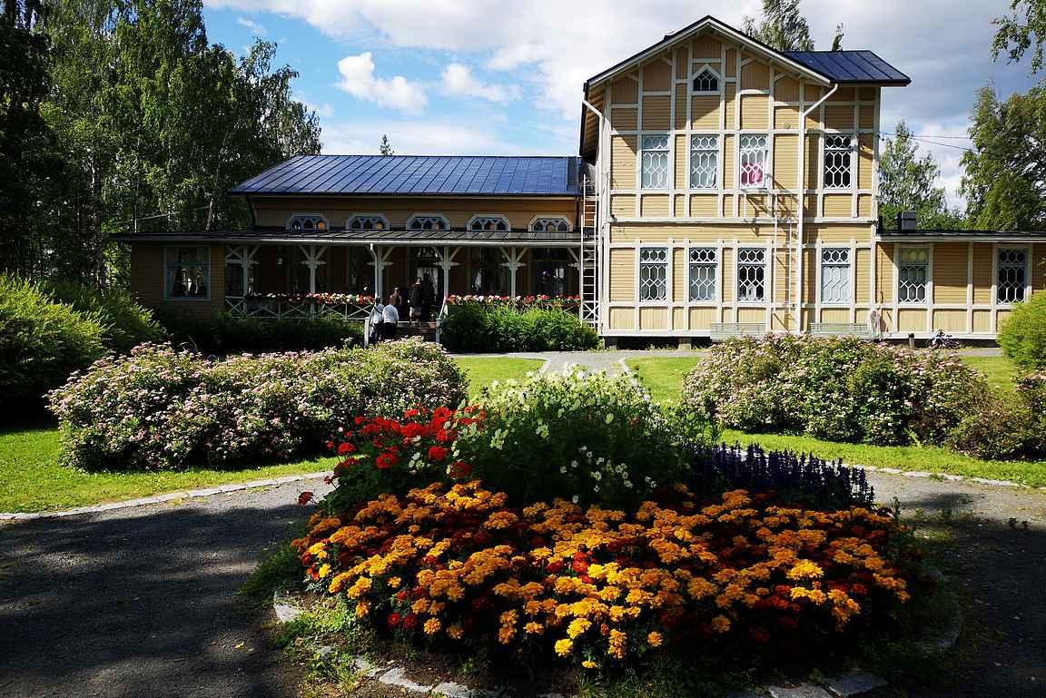 Viikinsaareen saavutaan suoraan kesäravintolan pihaan.