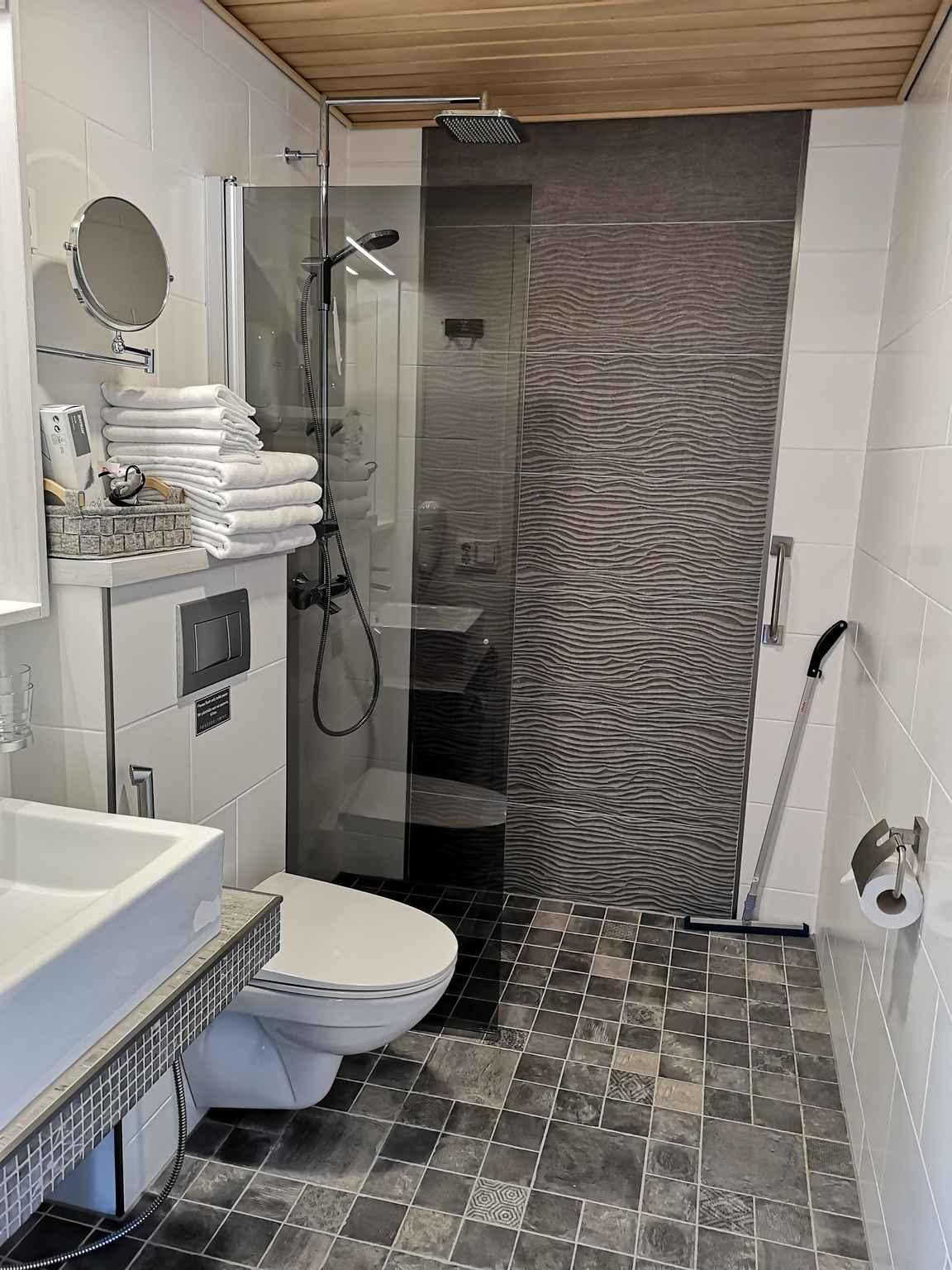 Kylpyhuone suihkulla.