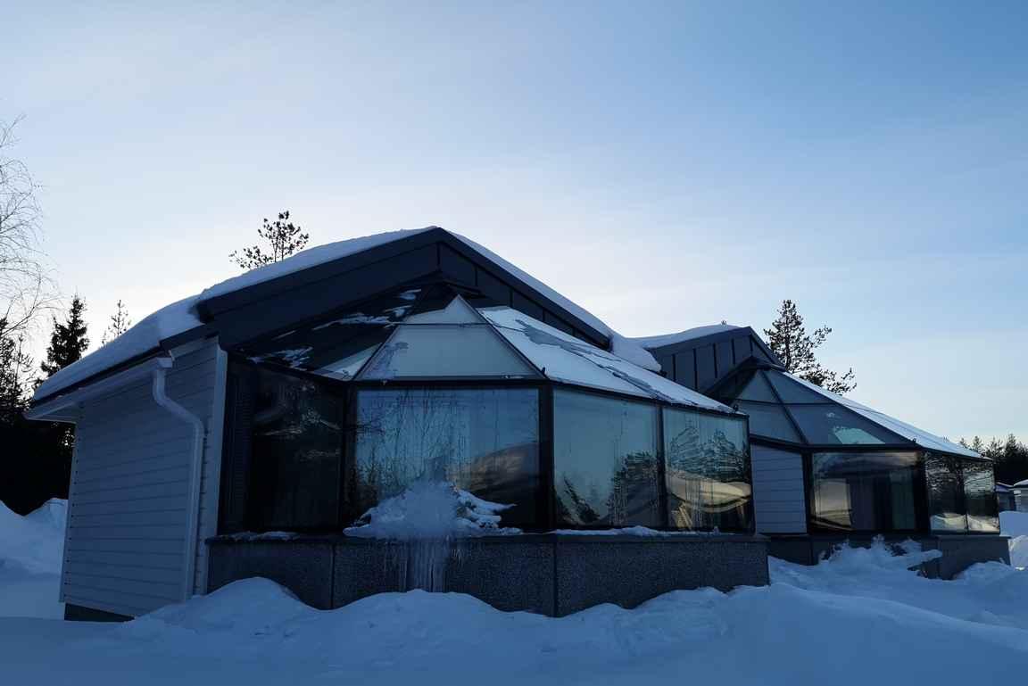 Igluissa on suuret lämmitettävät lasikatot ja ikkunat.
