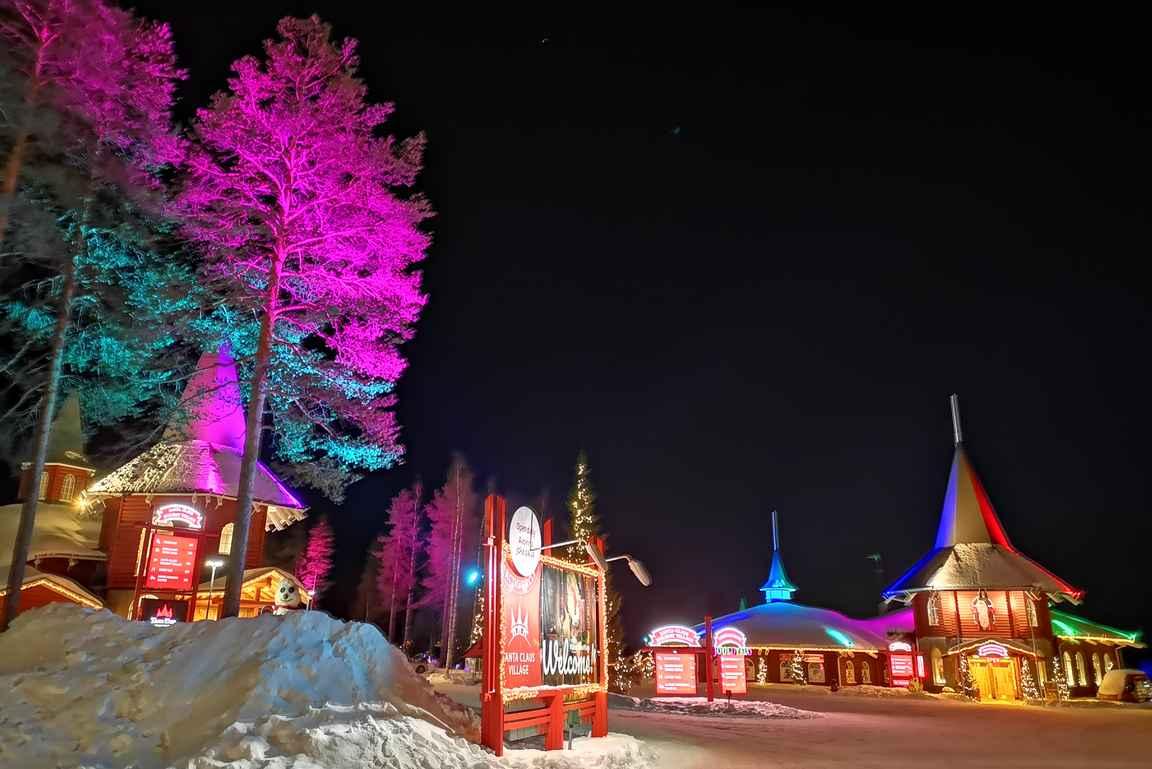 Joulupukin Pajakylä naapurialueineen on iltaisin upea näky valoineen.