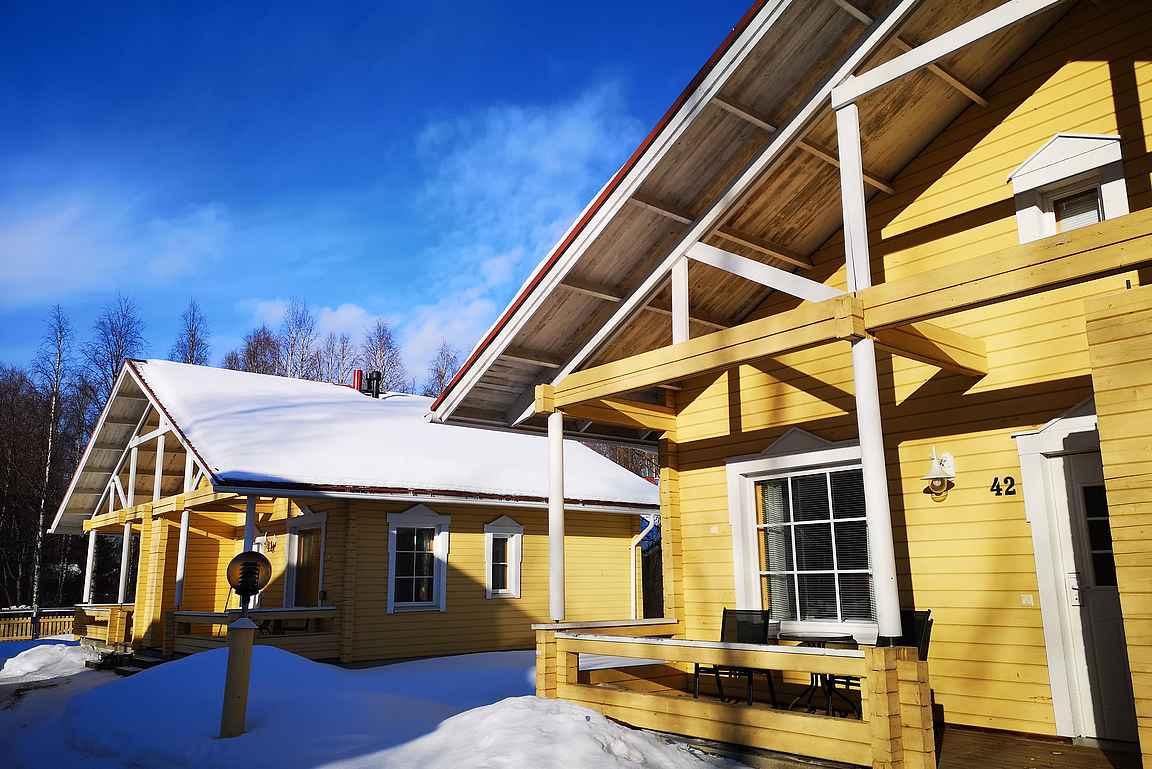 Ounasvaara Chaletsissa on useita erilaisia huviloita majoitusvaihtoehtona.