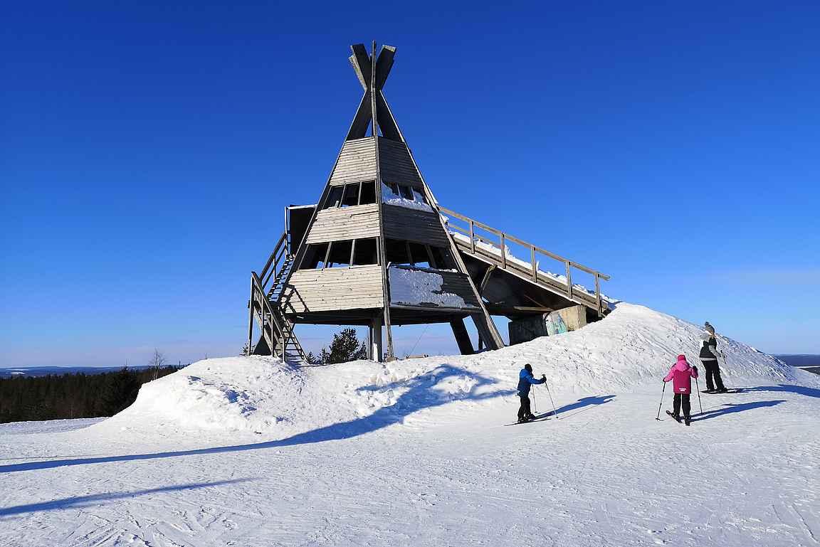 Sky Ounasvaaran pihasta oli mukava tehdä lumiliukukengillä retki Tottorakan huipulle.