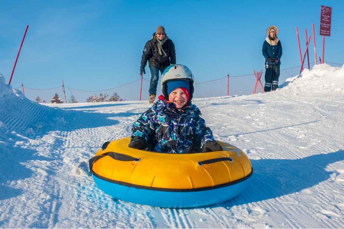 Rendin lumimaasta löytyy myös vauhdikas tuubirinne. copyrigt Ounasvaara.fi