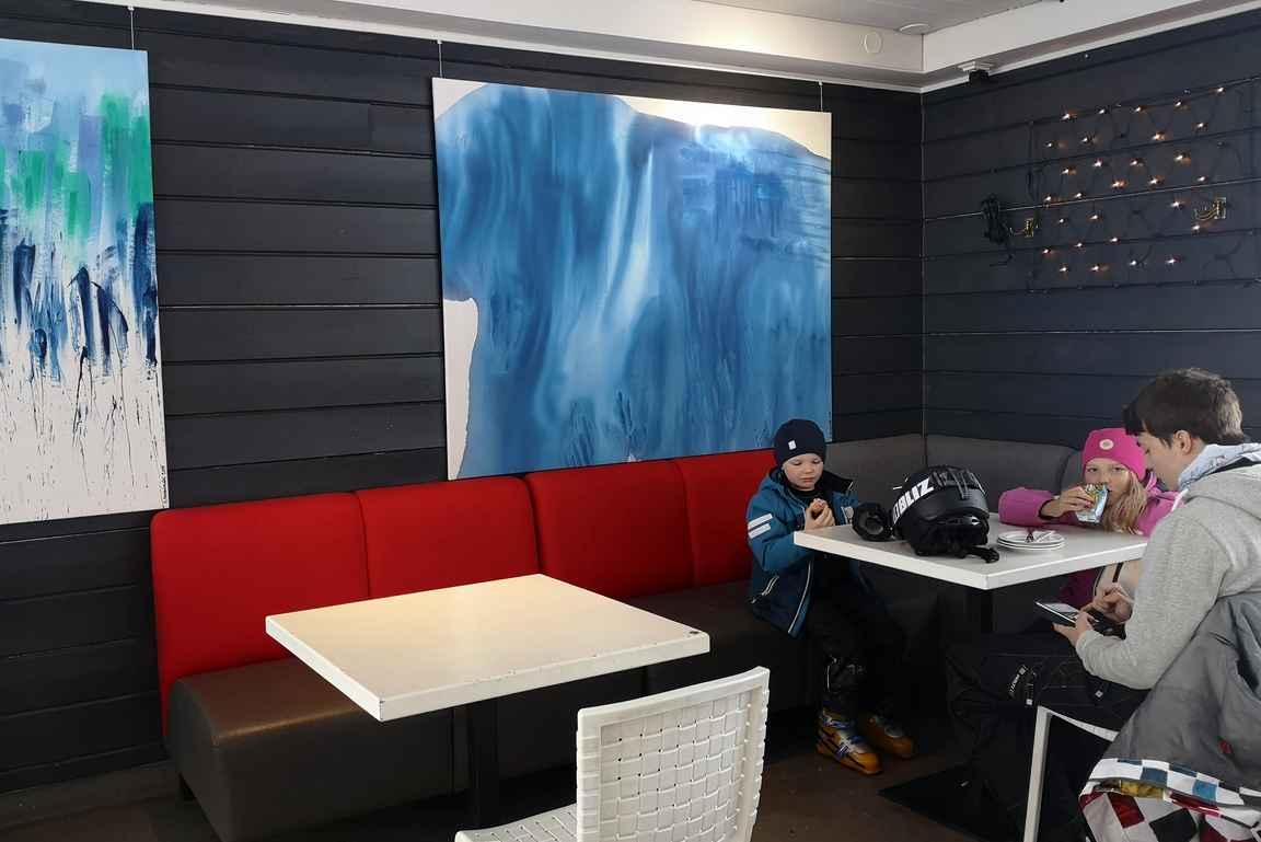 Alpenjäger-rinneravintola toimii tauko- ja ravitsemuspaikkana.