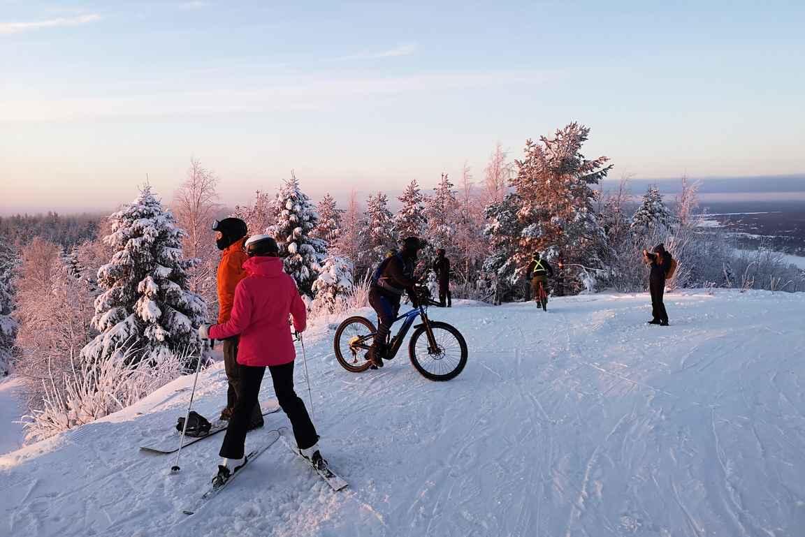 Tottorakan päällä sulassa sovussa niin laskettelijat, maastopyöräilijät kuin talvikävelyreittiä kulkevat lomailijat.