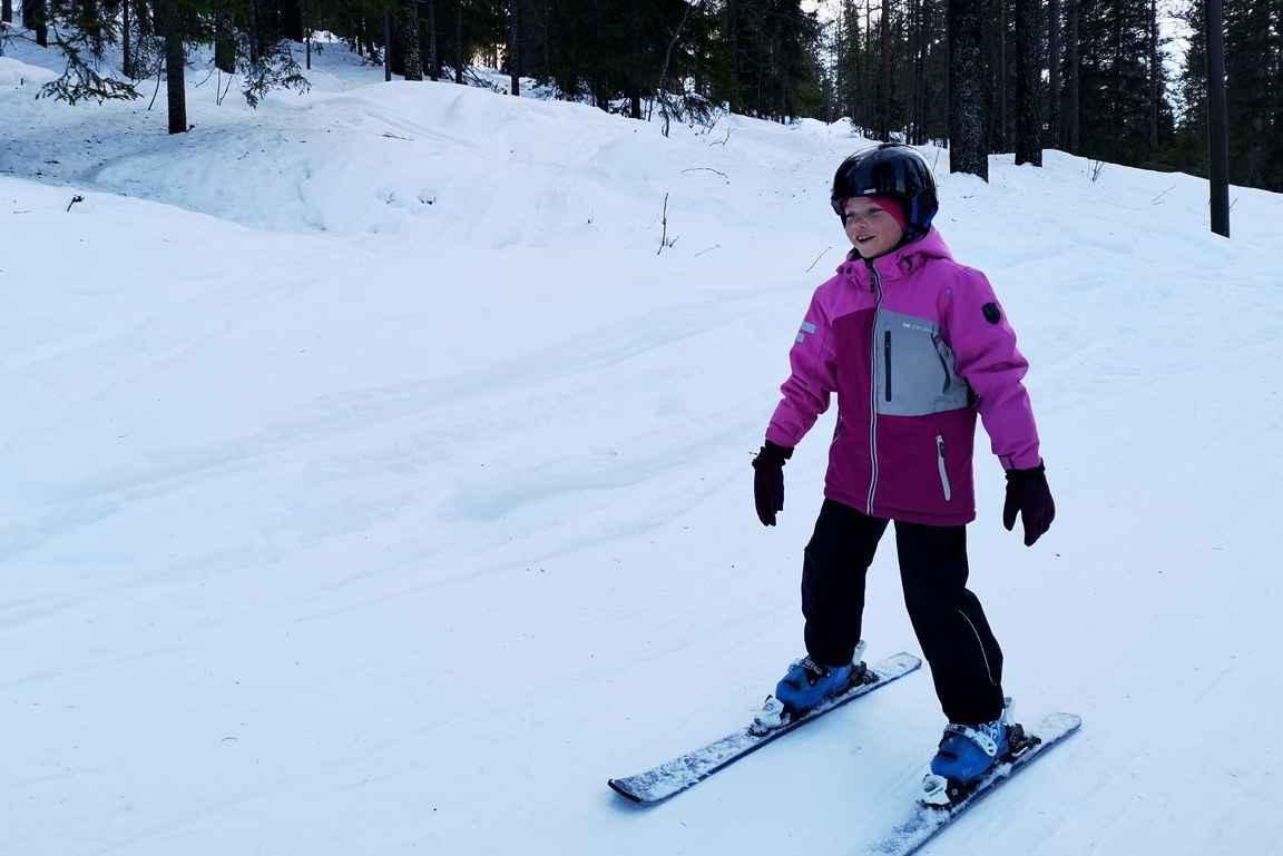 Tavoite saavutettu hiihtokoulussa ja nyt voi lasketella isoja rinteitä.