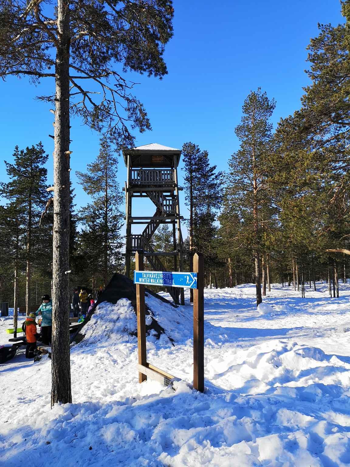 Ounasvaaran näkötorni ja laavu ovat suositun talvikävelyreitin varrella.