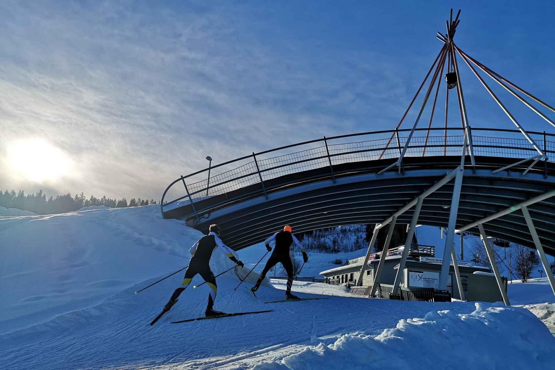Ounasvaaran hiihtostadion on Ounasvaara Chaletsin naapurissa.