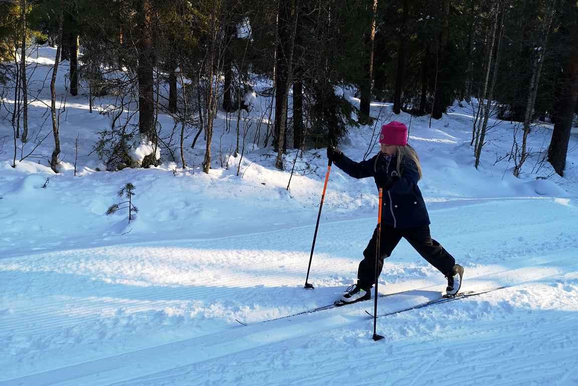 Tytär hiihtää jo sellaista vauhtia, että voi tehdä halutessaan kunnon hiihtolenkkejä.