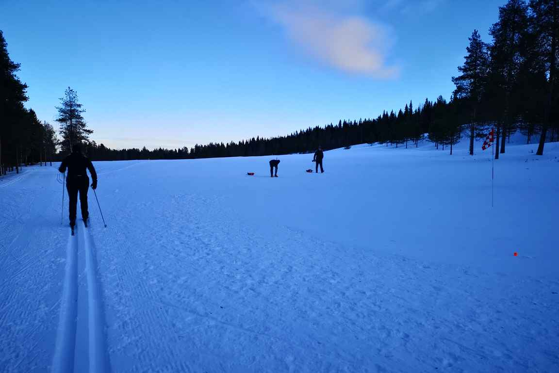 Hiihtäjät ja golffarit sulassa sovussa Ounasvaaralla.