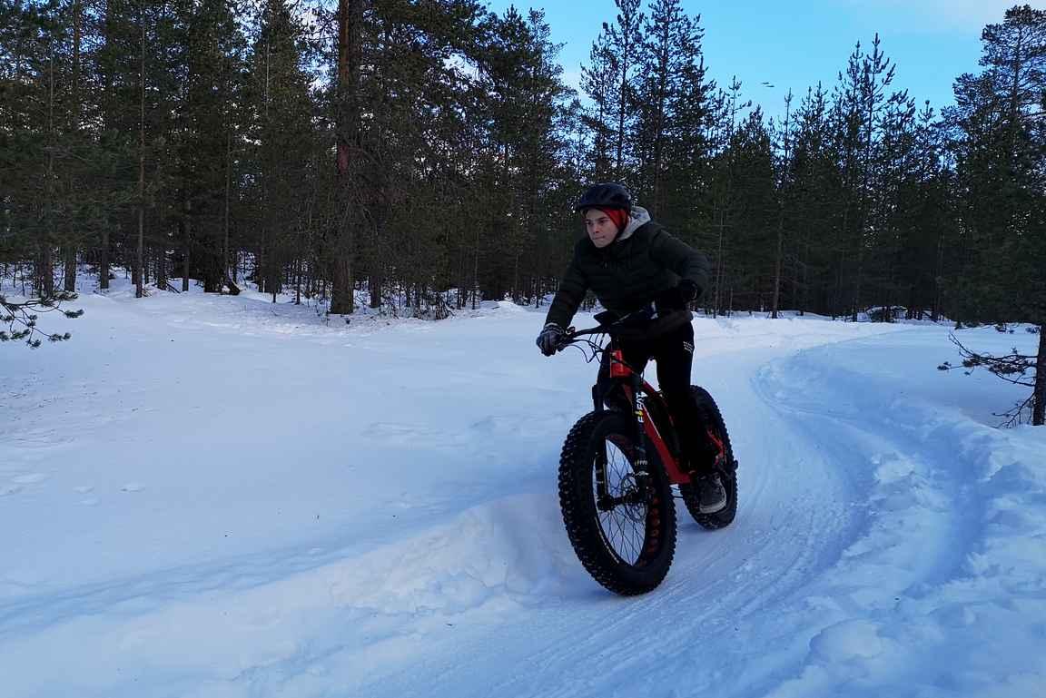 Pojan kanssa oli mukava pyöräillä pari tuntia vauhdikkaasti Ounasvaaran talvimaastopyöräilyreiteillä.