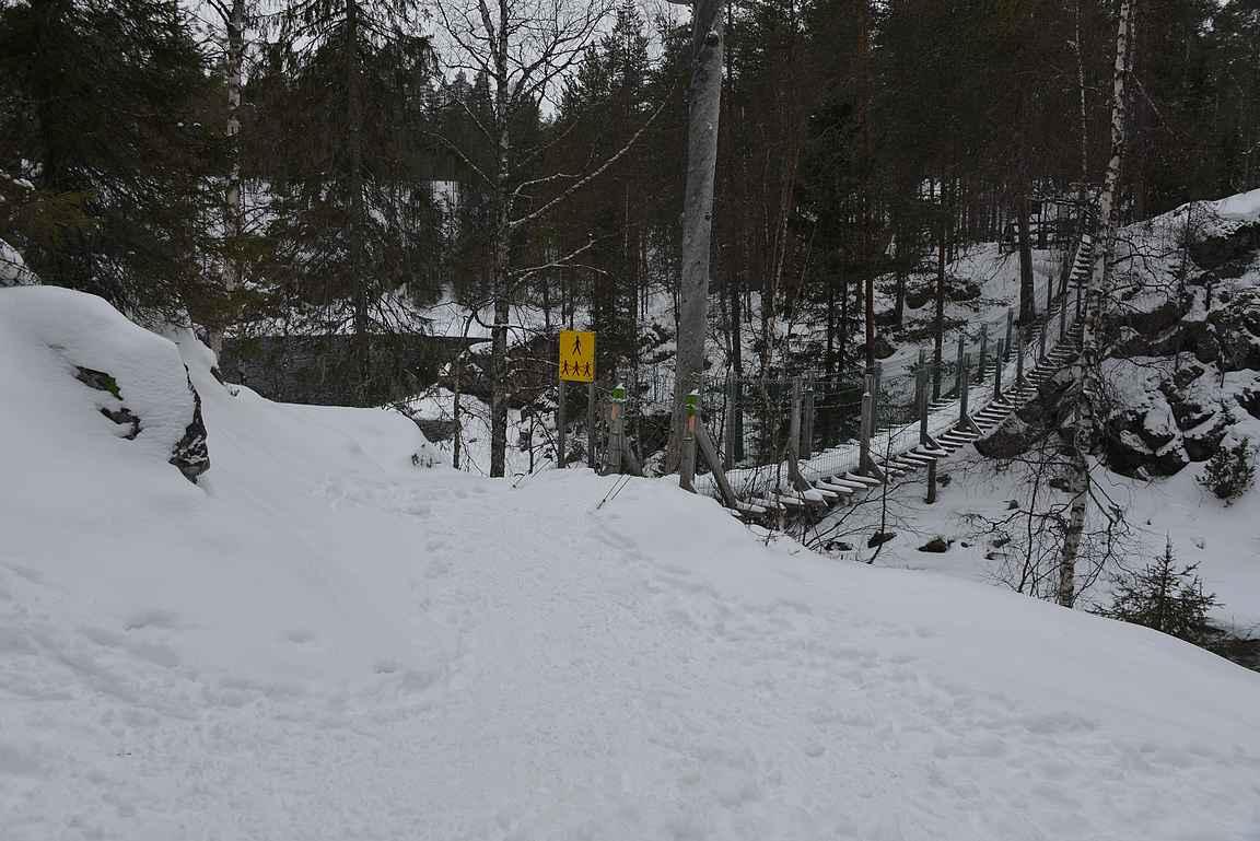 Myllykosken sillalla kesäisin saattaa olla pitkätkin jonot, talvella ei sitä murhetta ole.