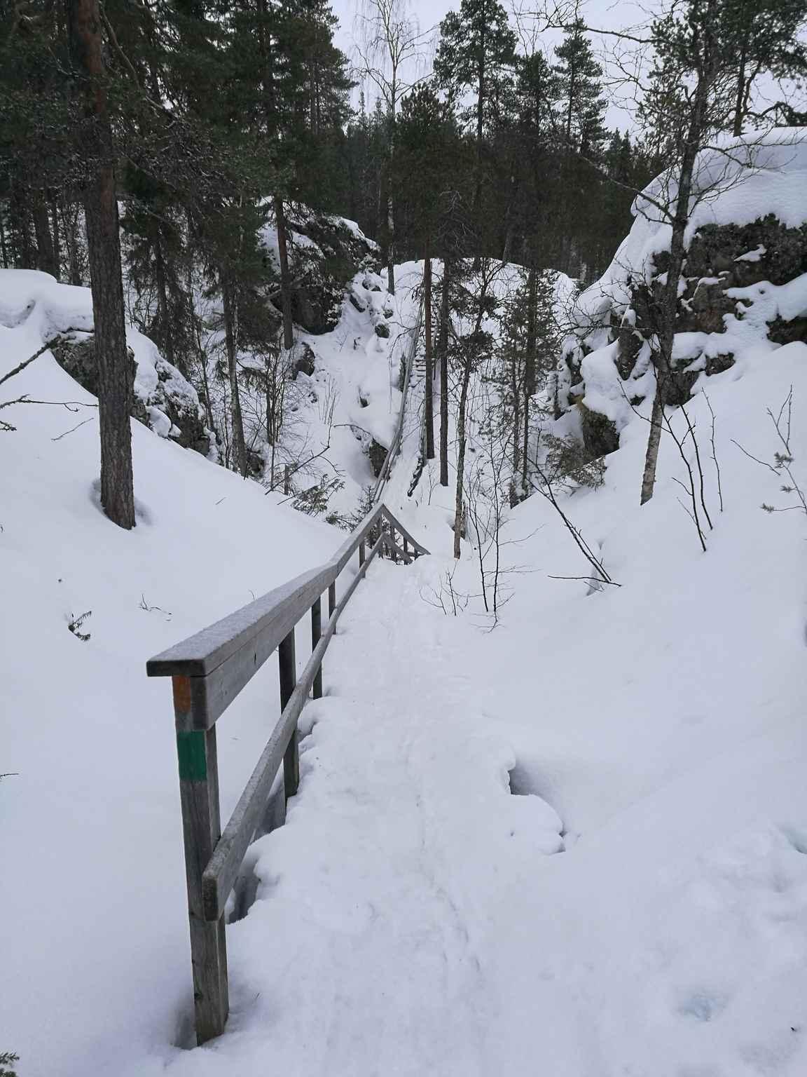 Porrasosuudet ovat talvella Pienellä Karhunkierroksella haastavia, Kallioportit portaat luonnollisesti pahimmat pituuden puolesta.