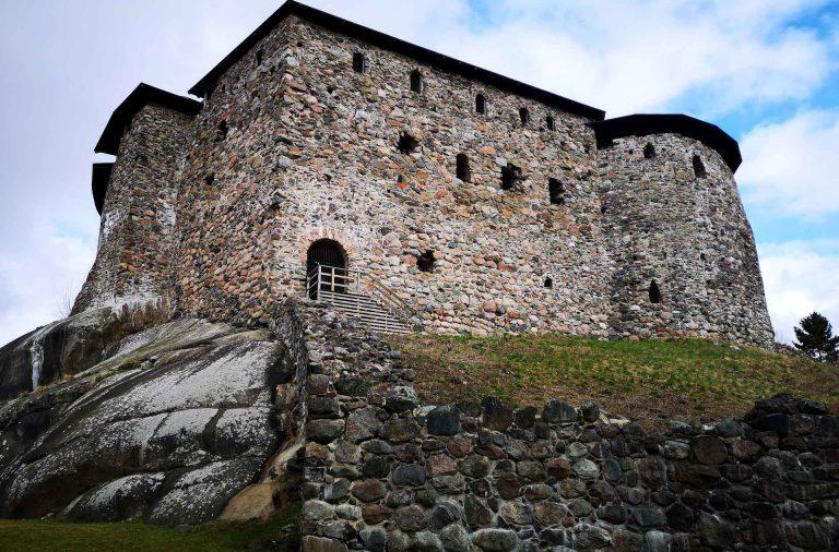 Raaseporin linna on jylhä näky kallion päällä.