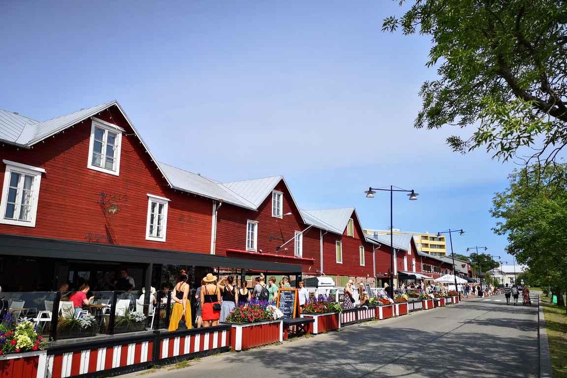 Kesäisen Hangon keskus on sataman ravintolakatu.