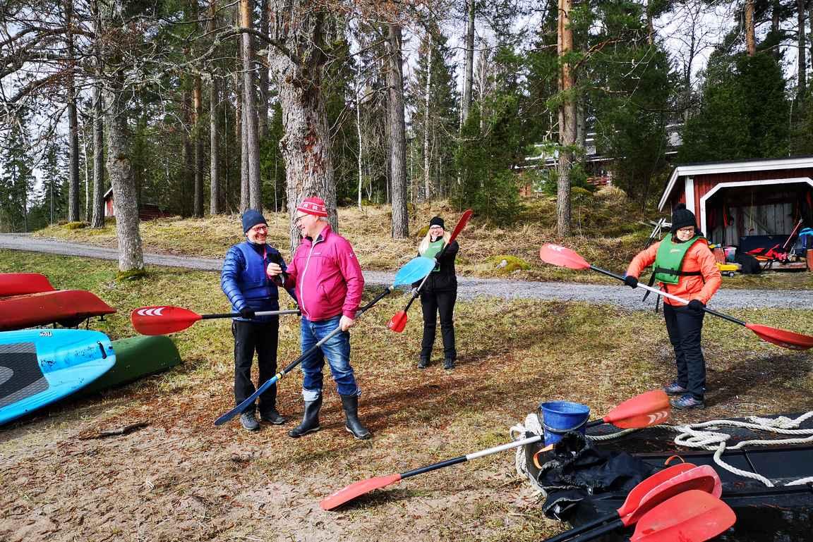 Kalliolan omistaja Kari Kasanen kierrätti meitä kanooteilla reilun tunnin lenkin Rågön saaren ympäri.