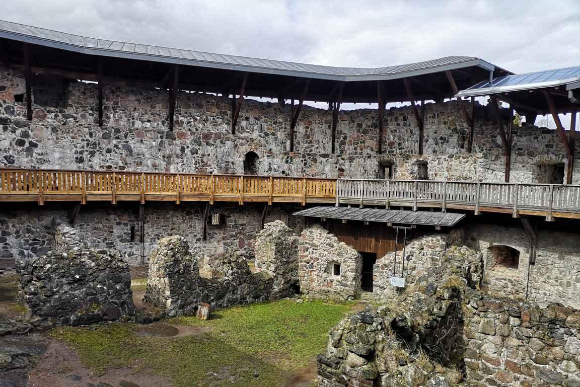 Raaseporin linnan rauniot jättävät arvailujen varaan, millaista elämää linnassa on vietetty.