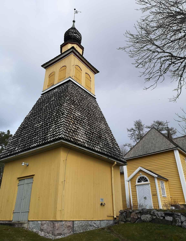 Paluumatkalla Raaseporin linnalta Calliolaan ohitettiin Snappertunan komea pärekattoinen kirkko.