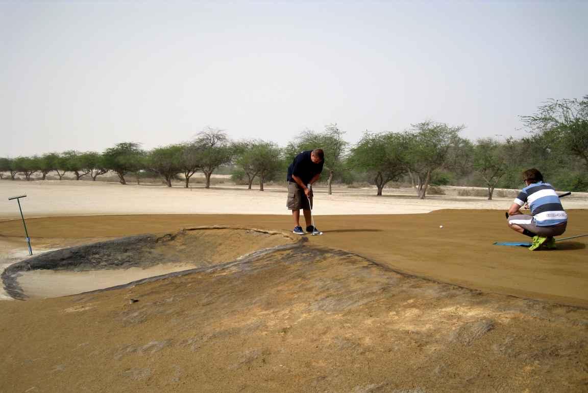 Arabian vanhimmalla kentällä Awali Golf Clubilla Bahrainissa oli täydellisesti öljytyt brownit puttaamiseen.