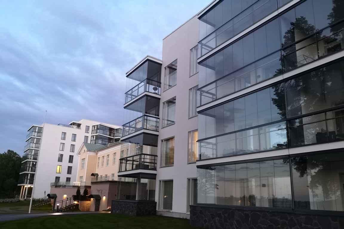 Villas2 huoneistoissa on isot lasitetut parvekkeet.