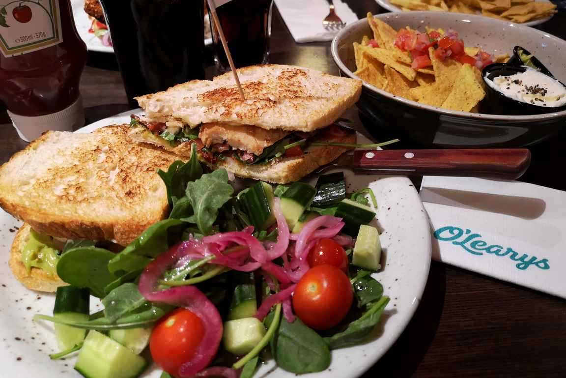 Golfkierroksen jälkeen Club Sandwich maistui O'Learysissä.