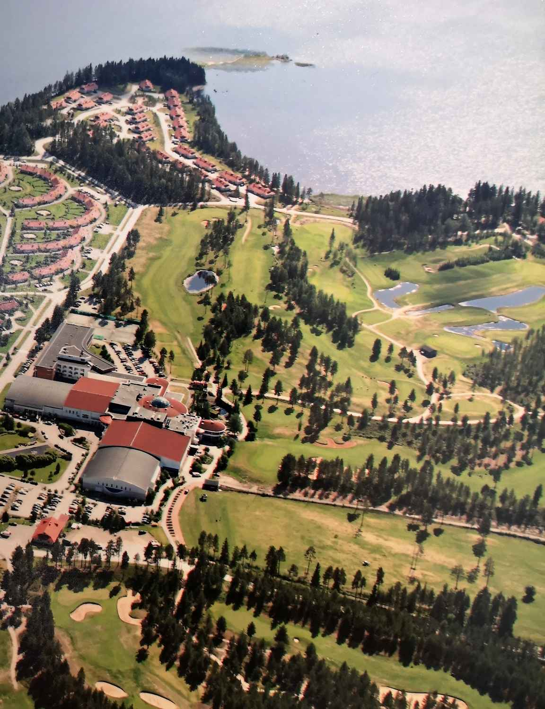 Katinkullan golfkentät ovat lomahuoneistojen ja Nuasjärven välissä, joten golfkentille siirtymiseen ei tarvitse lomaillessa varata aikaa. Nykyään väylät kulkevat hieman eri lailla kuin tässä vanhassa ilmakuvassa ja lomahuoneistojakin on rakennettu enemmän. copyright Holiday Club