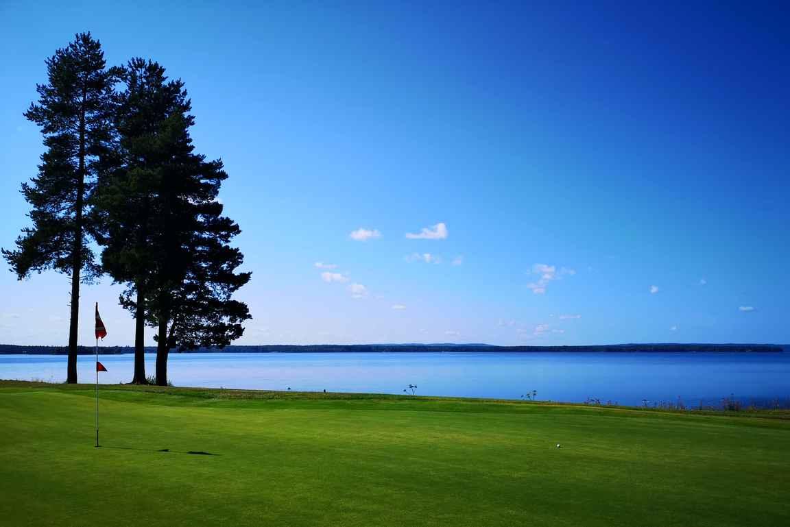 Järvimaisemat tulevat tutuksi Kainuun golfkentillä. Tässä Katinkullan Nuas väylä 17.