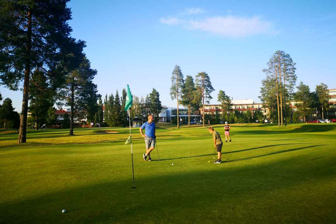 Siinä missä itse sai hyvää lähipelitreeniä, niin muksut saivat ensikosketuksen golfin pelaamiseen.