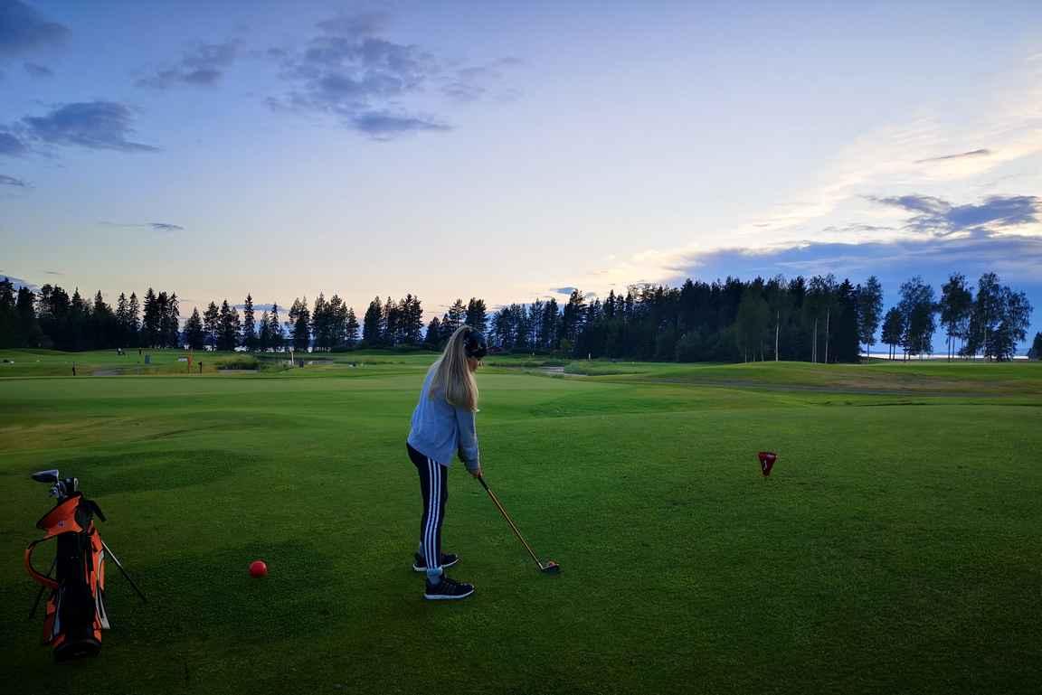 Puolen tunnin opetuksella golfkentälle - se onnistuu Katinkullassa erinomaisesti.