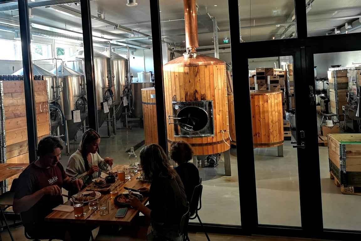 Osasta ravintolaa on suora yhteys Haapala Breweryn tuotantotiloihin.