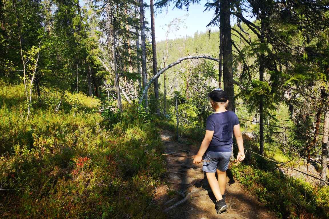 Hiidenportin kansallispuistossa kannattaa olla pienten lasten kanssa tarkkana, että liikutaan vain merkityllä reitillä.