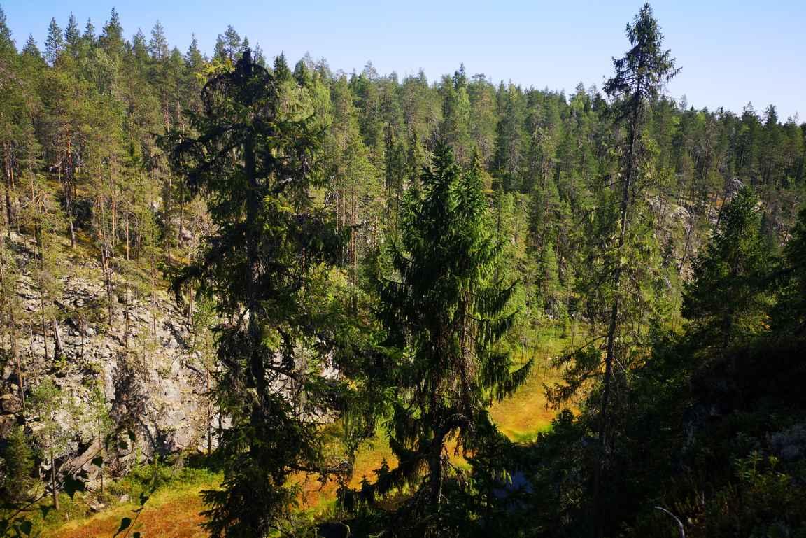 Kallioiden päältä on upeat näkymät alhaalla oleville suolammille.