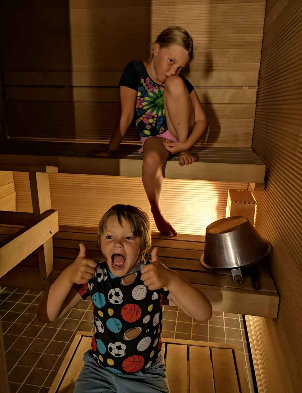 Itse lämmitin parin iltakierroksen jälkeen vielä saunan, muuten käytiin päivisin muksujen kanssa kylpylässä.