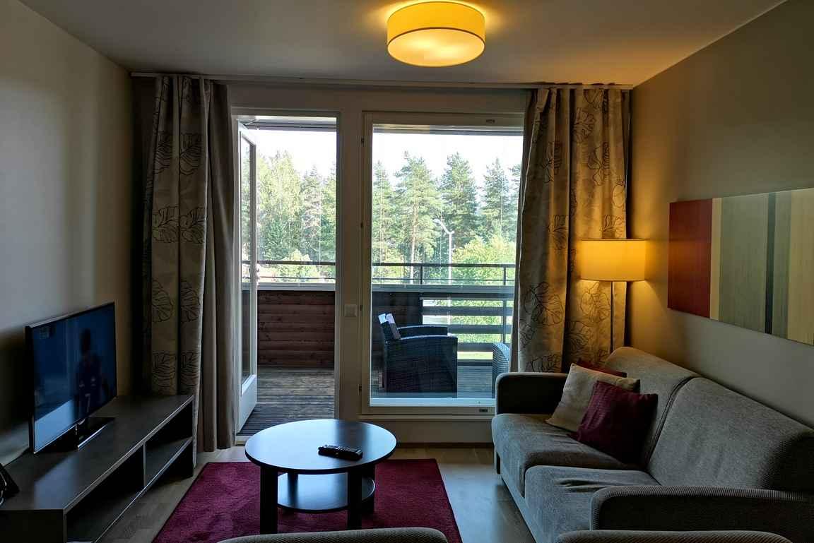 Kahden makuuhuoneen lisäksi Villas 1 huoneistoissa on tilava olohuone ja iso parveke.