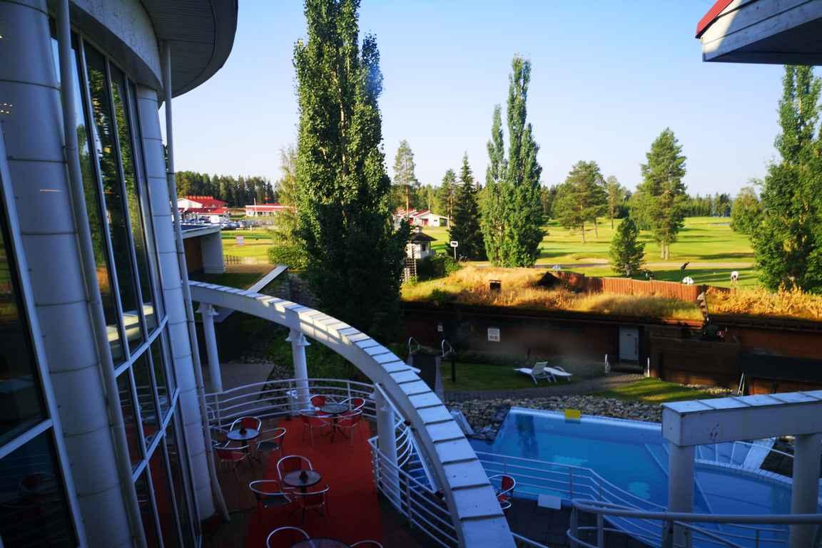 Katinkullan kylpylä, savusauna ja ulkoaltaat ovat aivan golfkentän vieressä.