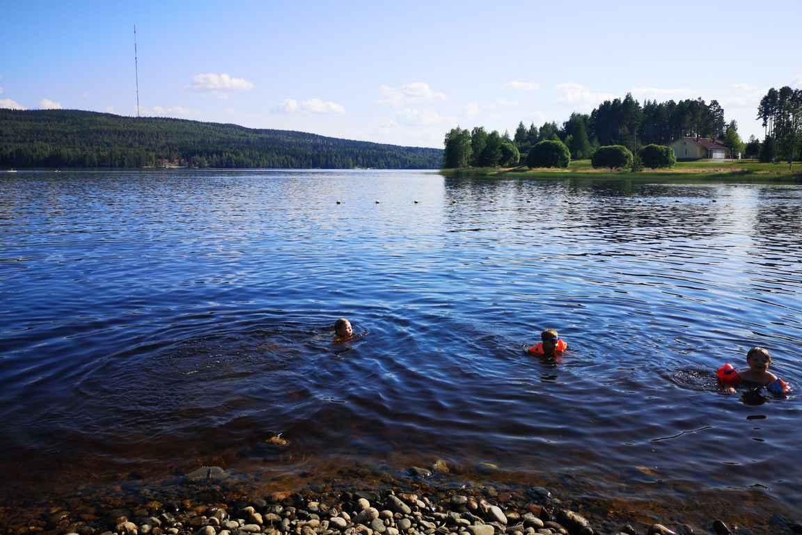 Katinkullassa on hyvä oma uimaranta Vuokatinvaaran maisemilla varustettuna.