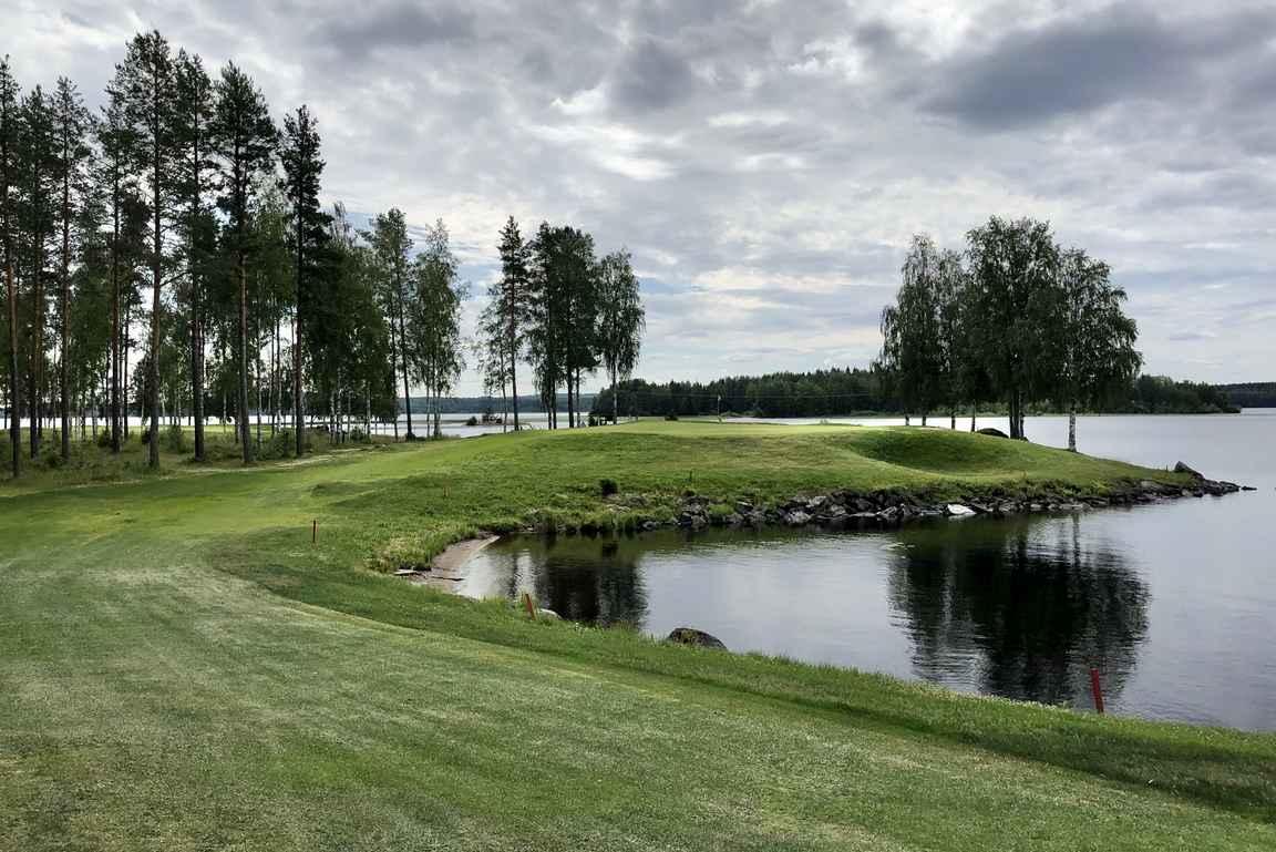 Väylä nro 10 on Paltamo Golfin nimikkoväylä Oulujärven rannalla.