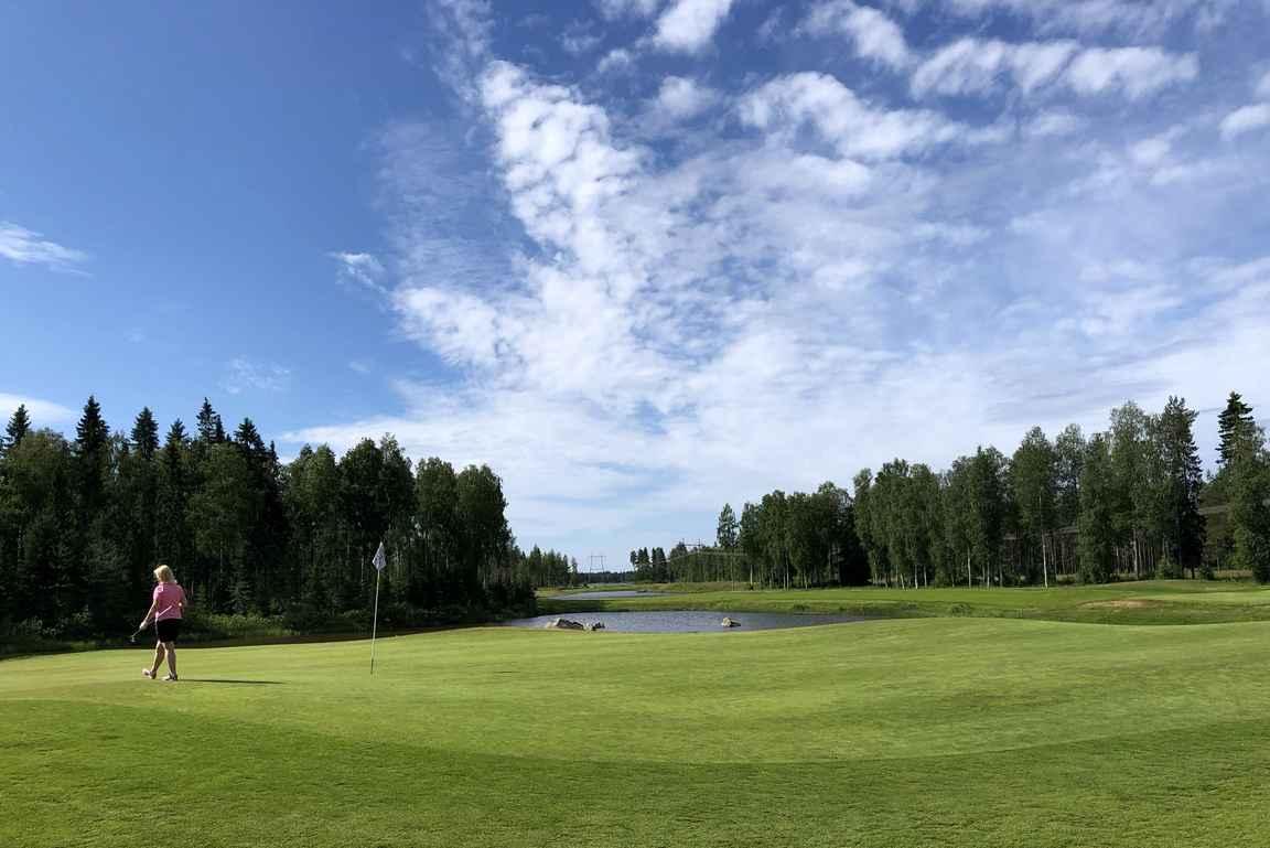 Väylä nro 12, tiukka ja pitkä par nelonen on yksi Suomen vaikeimpia golfväyliä.