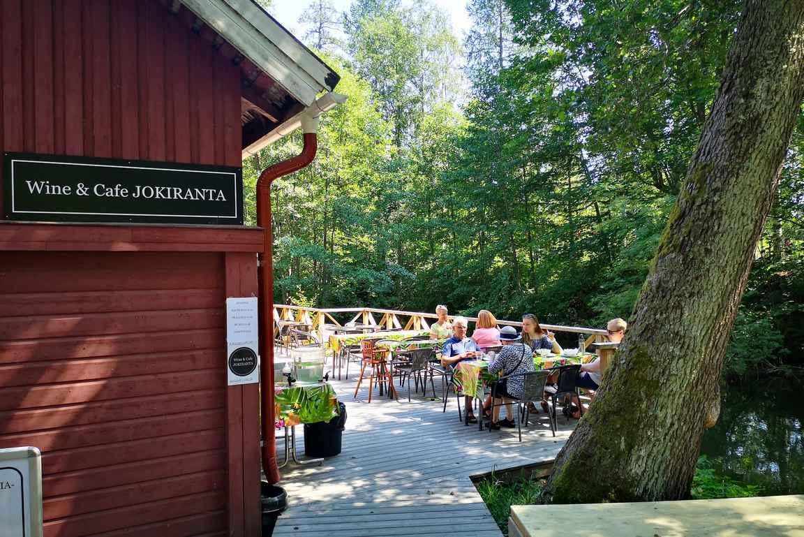 Wine & Cafe Jokirannan terassi on suosittu kesäisin.